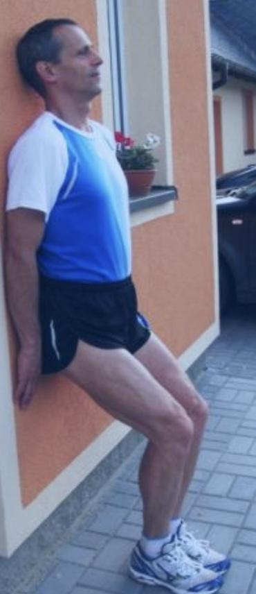 Zranění kolen sed proti zdi