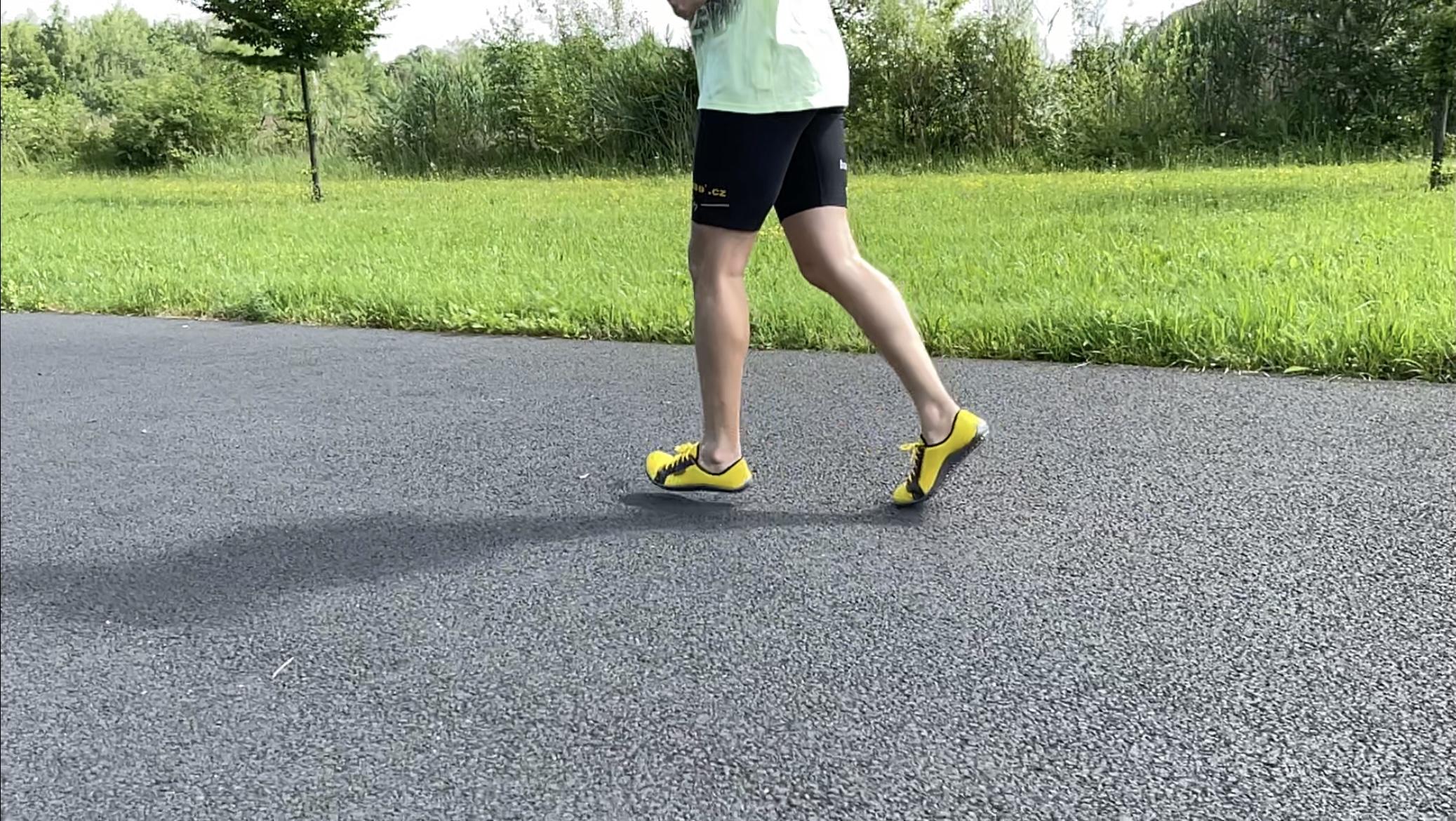 Běh je dovednost a běhat či chodit bos je normální