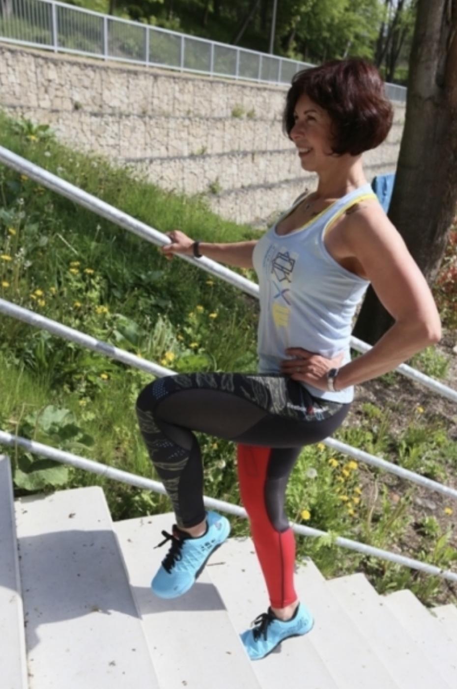 Schází ti kopce, běhej a cvič na schodech - knee up 2