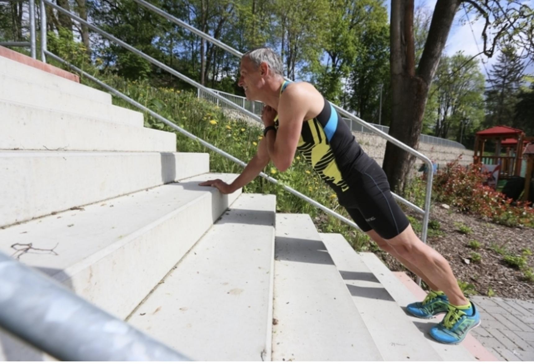 Schází ti kopce, běhej a cvič na schodech - prkno s rotací 1