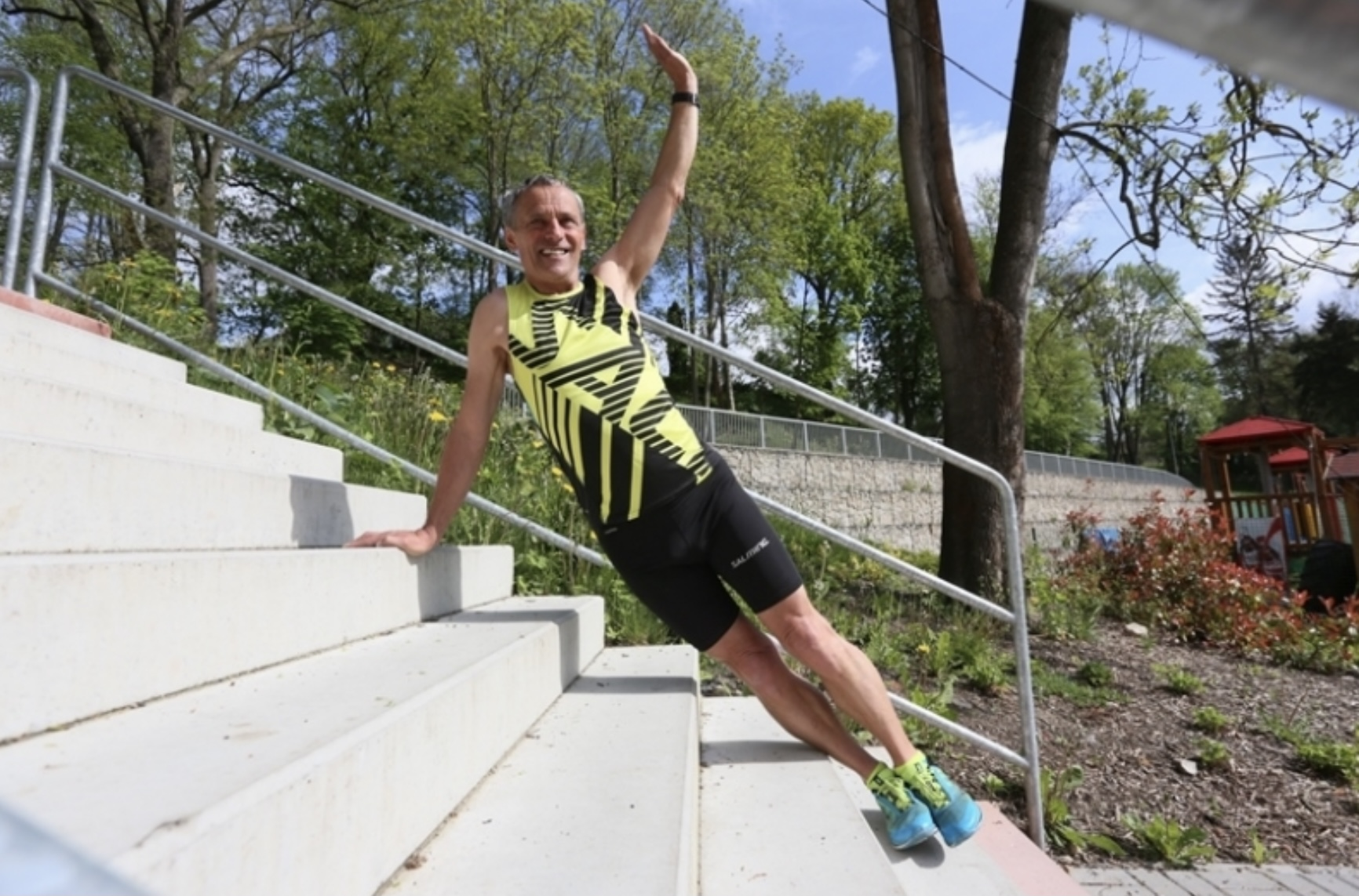Schází ti kopce, běhej a cvič na schodech - prkno s rotací 2